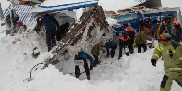 """После схода снежной лавины в Домбае открыта """"горячая линия"""" МЧС"""