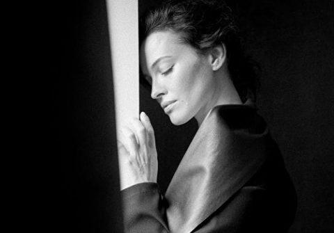 Украинская певица и модель засветила обнаженную грудь - фото
