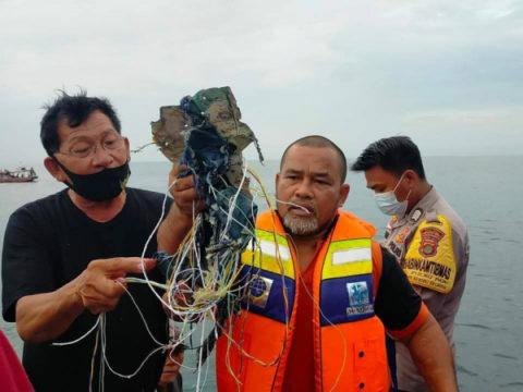 Видео с места крушения Boeing 737-500 в Индонезии попало в Сеть