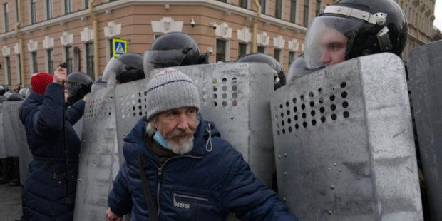 В Петербурге возбудили уголовное дело по факту насилия в отношении стражей порядка