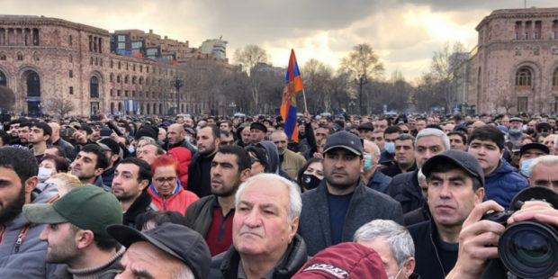 Оппозиционеры настроены решительно: они планируют ночевать на площади до отставки премьера