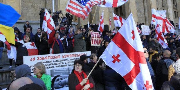 США начали манипулировать и влиять на Грузию