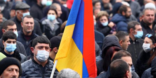 Перекрытие улиц и чучело Пашиняна: кадры митинга оппозиции в Ереване