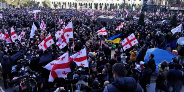 Сторонники грузинской оппозиции развернули палатки возле здания парламента