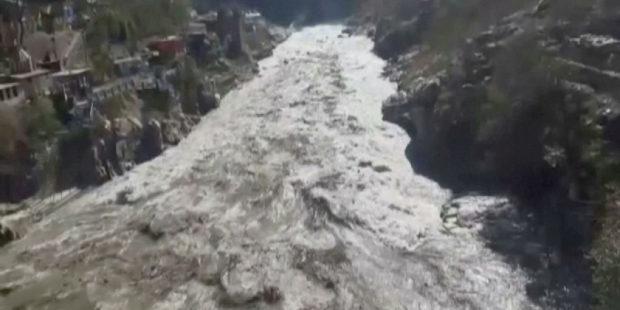 Сход ледника и наводнение в Индии: спасатели нашли множество тел погибших