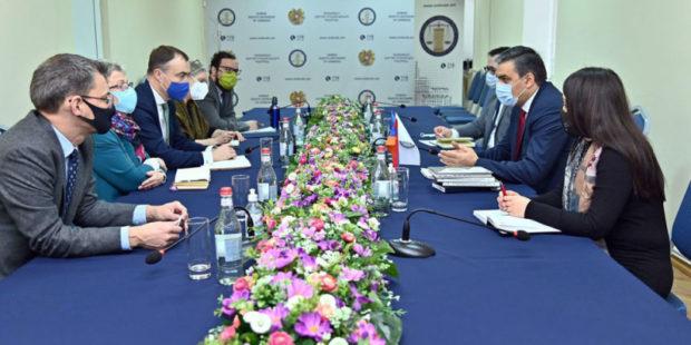 Омбудсмен обсудил со спецпредставителем ЕС вопрос возвращения армянских пленных