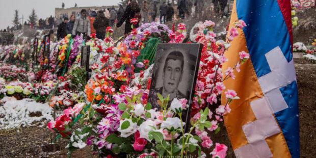 Траурное шествие прошло в Степанакерте: горожане возложили цветы на могилы погибших воинов