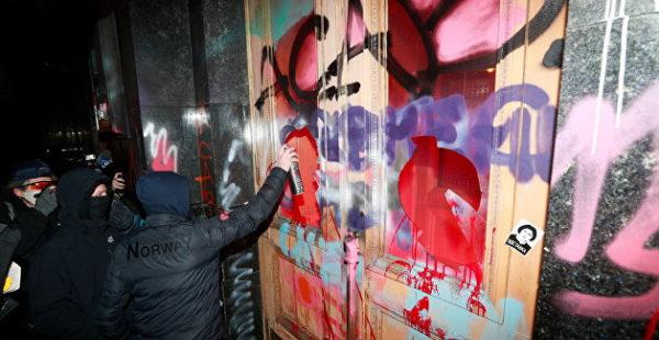 Художественная галерея назвала разрисованные двери Офиса Зеленского арт-объектом и захотела их выкупить