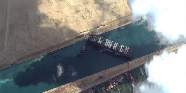 Заблокировавший Суэцкий канал корабль могут сдвинуть с мели сегодня – СМИ