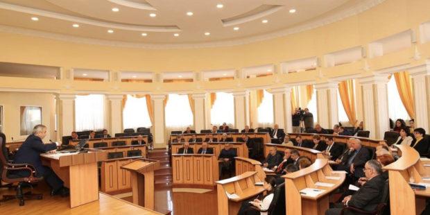 27 – за и 0 – против: русский язык стал официальным в Карабахе