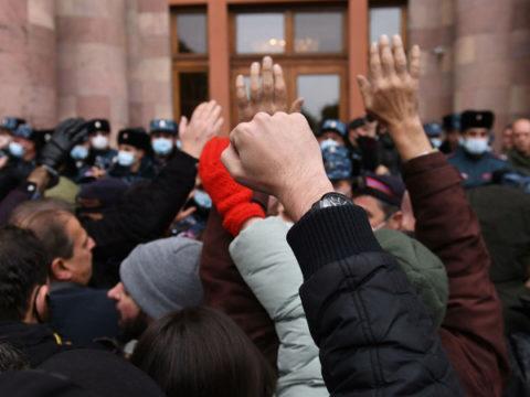 В здание правительства Армении ворвались сторонники оппозиции