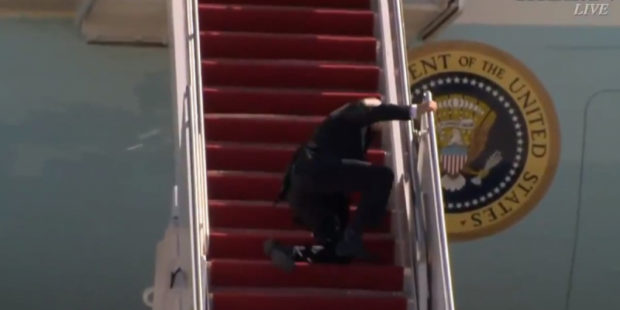 Байден несколько раз упал при подъеме по трапу самолета и попал на видео