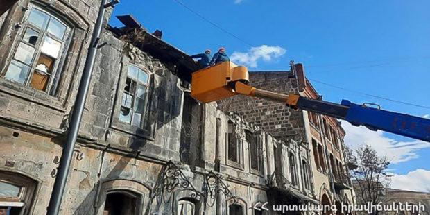Да разгулялся ветер в Армении: из-за непогоды пострадал тракторист, повреждены автомобили