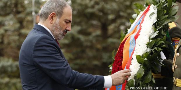 """Пашинян почтил память Вазгена Саркисяна не в """"Ераблуре"""", а в центре Еревана"""