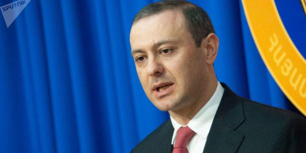 Секретарь Совбеза Армении ответил на вопрос считает ли он Турцию врагом и разозлил соцсеть