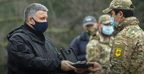 Аваков нагрянул на передовую в Донбасс и раздал оружие неонацистам
