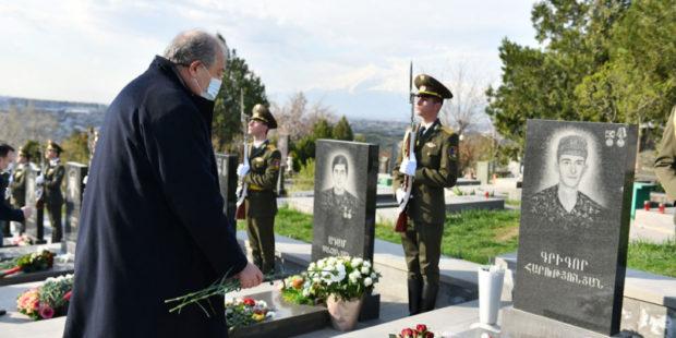 Президент Армении почтил память павших героев апрельской эскалации в Карабахе