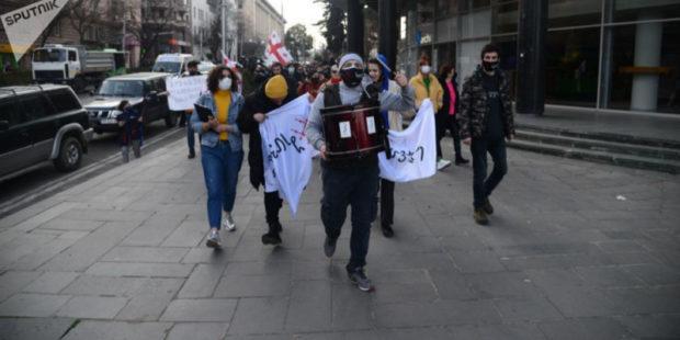 """""""Стыдно"""": в Тбилиси поднялся молодежный бунт против комендатского часа - видео"""