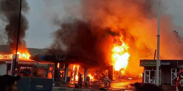 Мощный взрыв в Душанбе разрушил АЗС, попав на видео