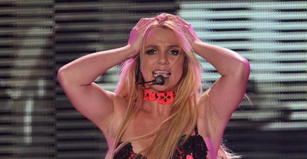 «С тобой все в порядке?»: Бритни Спирс шокировала фанатов в День вышиванки — видео