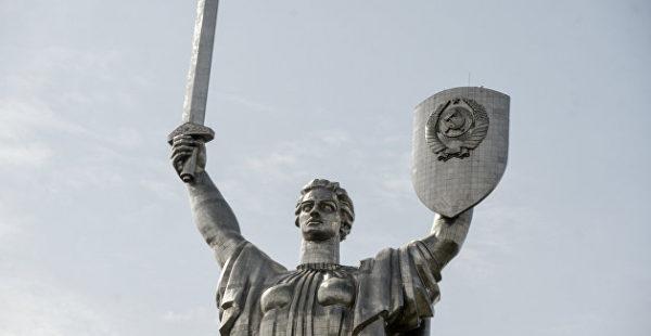 На Украине захотели снять герб СССР с монумента «Родина-мать»