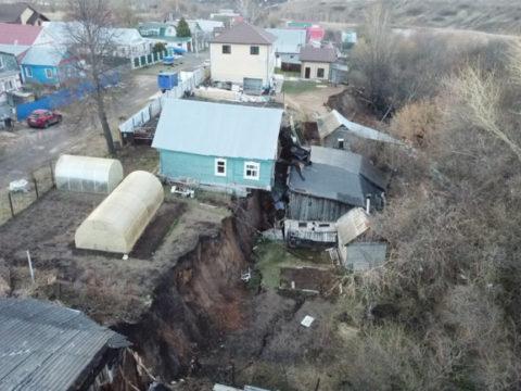 Оползень в нижегородской деревне разрушил два дома