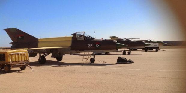 """Истребитель """"МиГ-21"""" под управлением героя войны разбился на военном параде в Ливии"""