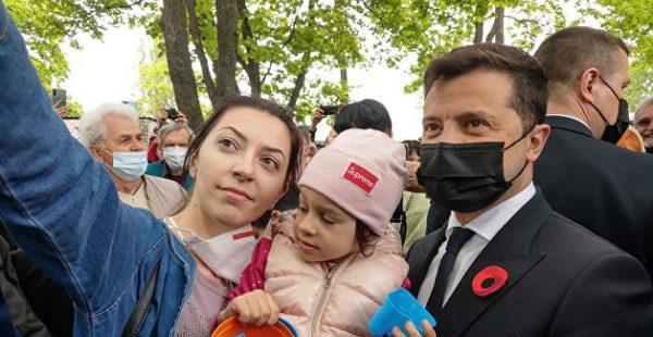 Зеленский в Донбассе возлагал цветы и делал селфи с жителями