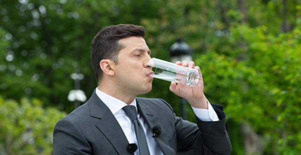 Не вода: Неонацисты пообещали макнуть Зеленского в специфическую «теплую жидкость»
