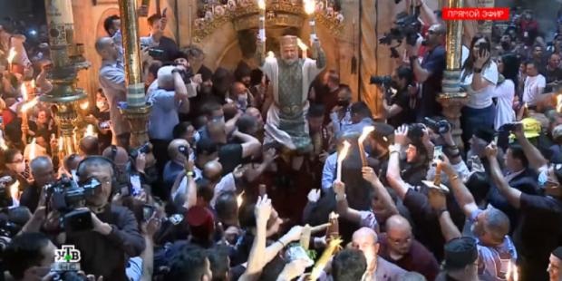 Схождение Благодатного огня в Храме Гроба Господня в Иерусалиме показали на видео