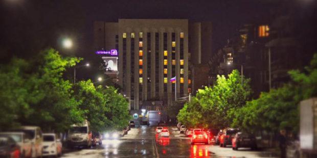 Цифра 76 зажглась на фасаде здания посольства РФ в Ереване в честь Дня Победы