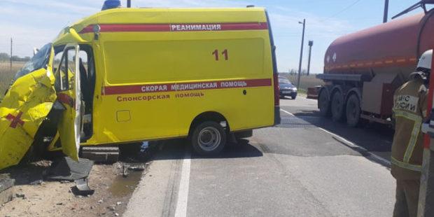 """На Кубани перевозившая пациента """"скорая"""" столкнулась с тепловозом"""