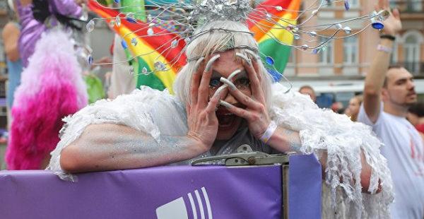 «Спрячьте свою символику». В центре Киева проходит марш трансгендеров