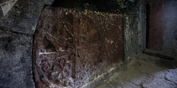 Хеттские иероглифы были обнаружены на каменном косяке заброшенного дома в Турции