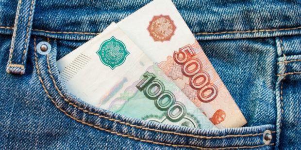 Курс рубля снижается по отношению к доллару и евро