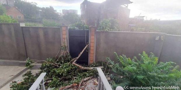 Мощный ветер в Армении повредил дома и линии электропередачи