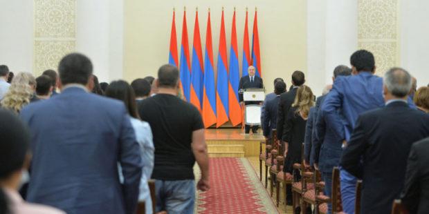Президент Армении наградил врачей за лечение военных и борьбу с коронавирусом