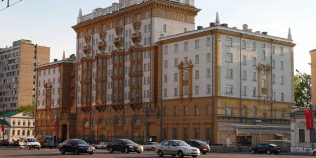 США подорвали свою консульскую работу в России – Захарова