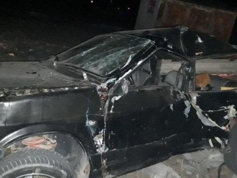 В Армавире водитель внезапно врезался в дерево и погиб, его жена в больнице