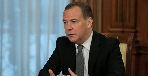 Медведев заявил о стягивании иностранных войск к российским границам