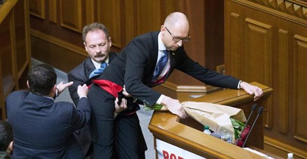 Подравшихся в столовой депутатов Рады застали в странной позе