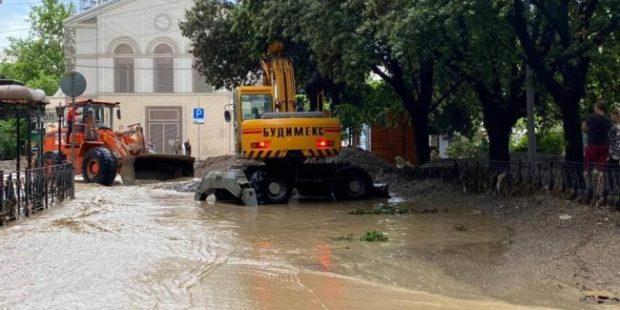 В Ялте из-за потопа эвакуированы туристы двух отелей