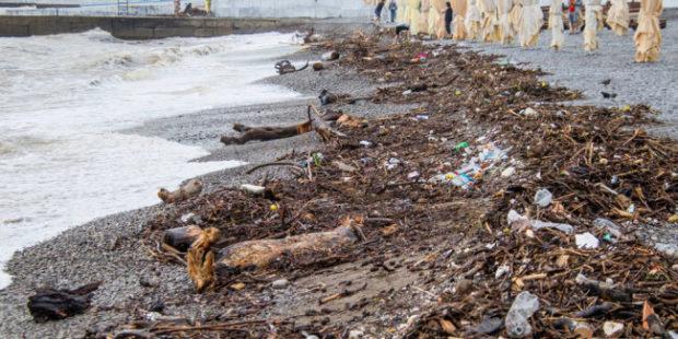 В Ялте начали расчищать пляжи после ливней