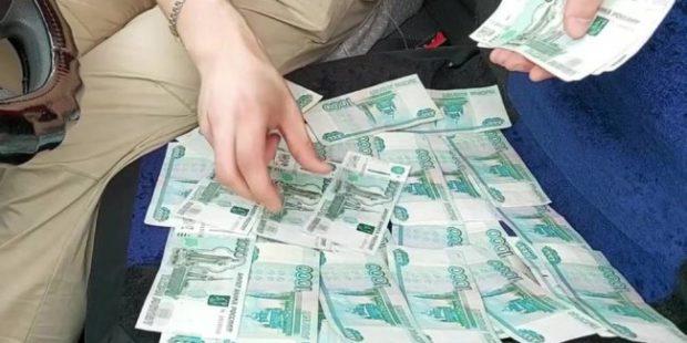 Москвич забыл в такси миллион рублей
