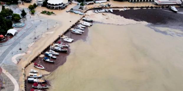 Коричневую бухту Ялты сняли с коптера после наводнения