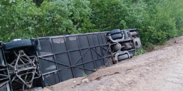 В Ленобласти 11 человек пострадали при опрокидывании автобуса