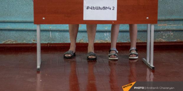 Блок Кочаряна и партия Пашиняна - фавориты на выборах в Армении: опрос РИА Новости