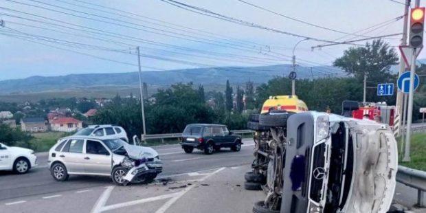 В Крыму опрокинулся микроавтобус с 19 детьми