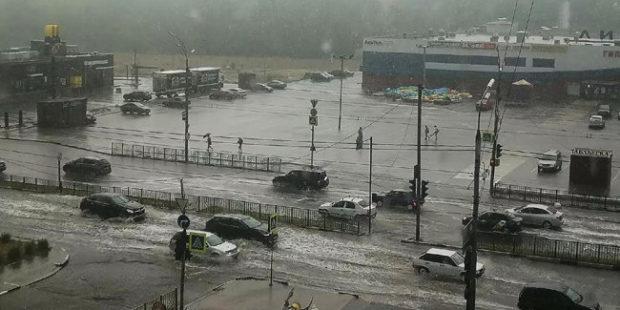 В Брянске сильный ливень затопил улицы