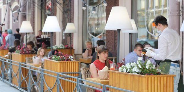 В Москве начали закрывать кафе за тесную рассадку
